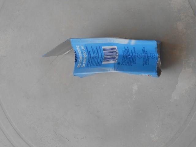 scegliere da che parte creare la patta del portafoglio e tagliere i lati fino alla piegatura così: