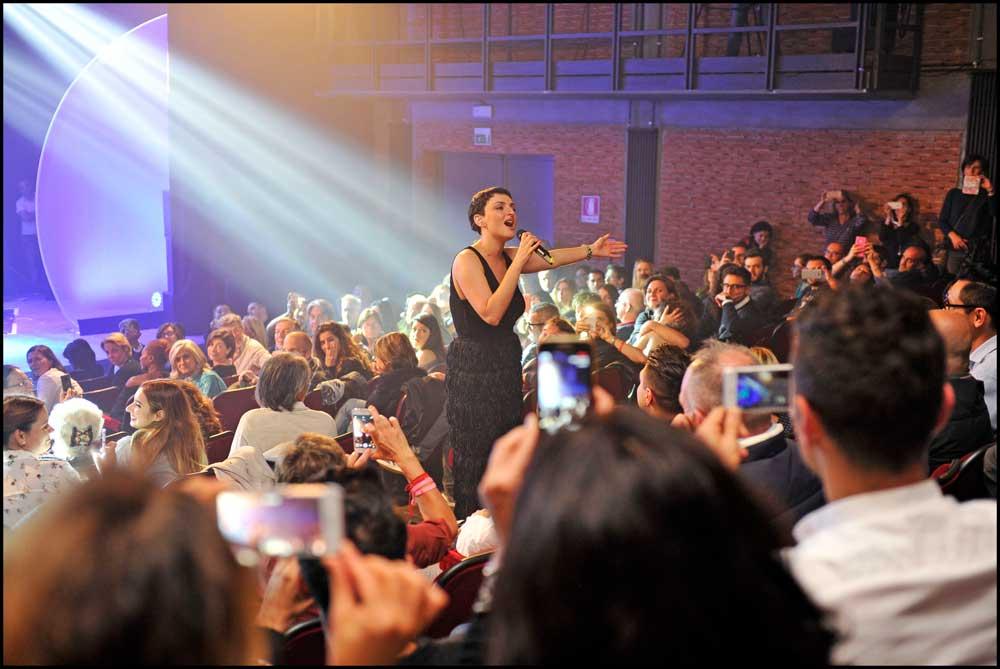 Arisa canzoni a richiesta al suo innovativo concerto